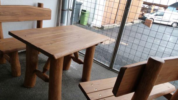 Masivní stůl  z akátu