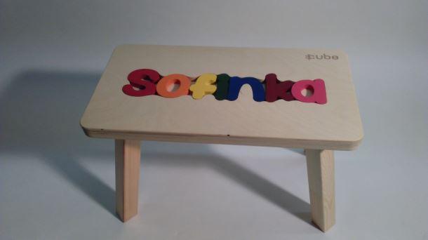 Dřevěná stolička CUBS se JMÉNEM SOFINKA barevná