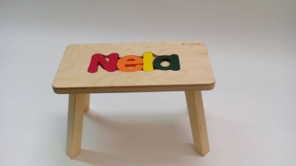 Dřevěná stolička CUBS se JMÉNEM NELA barevná
