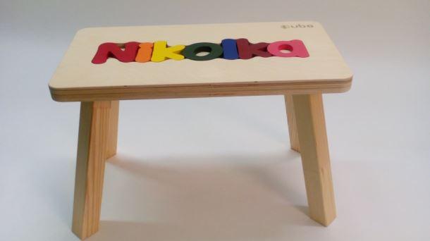 Dřevěná stolička CUBS se JMÉNEM NIKOLKA  barevná