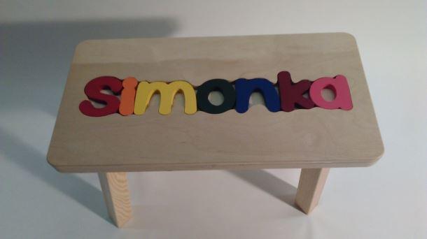 Dřevěná stolička CUBS se JMÉNEM SIMONKA barevná
