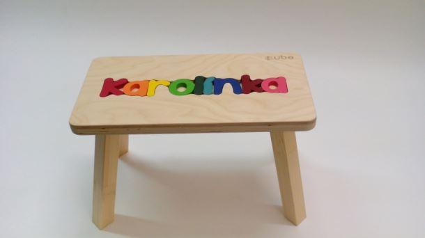 Dřevěná stolička CUBS se JMÉNEM KAROLÍNKA barevná