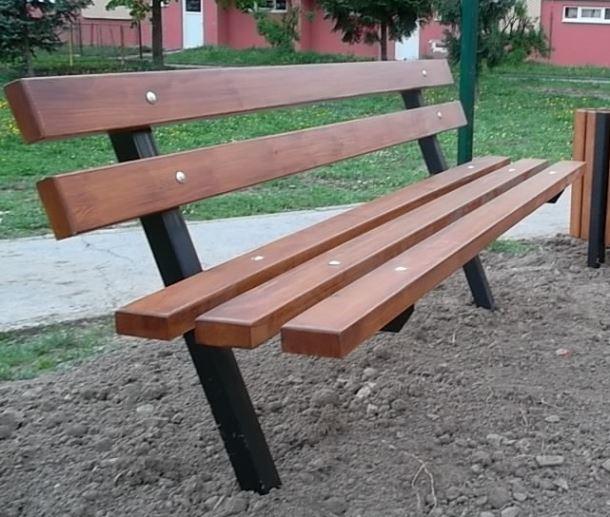 Masivní lavice s kovovou konstrukcí