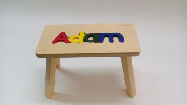 Dřevěná stolička CUBS se JMÉNEM ADAM barevná