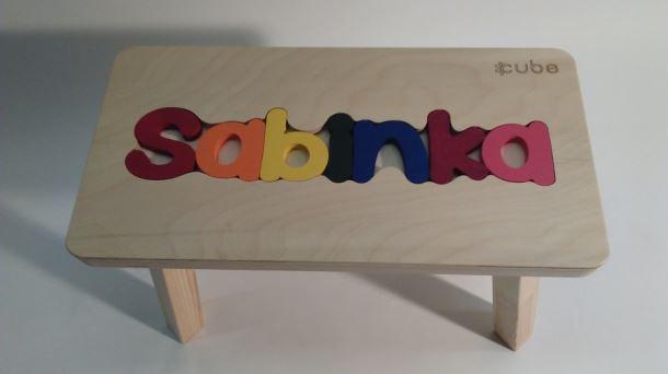 Dřevěná stolička CUBS se JMÉNEM SABINKA barevná