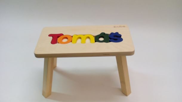 Dřevěná stolička CUBS se JMÉNEM TOMÁŠ barevná