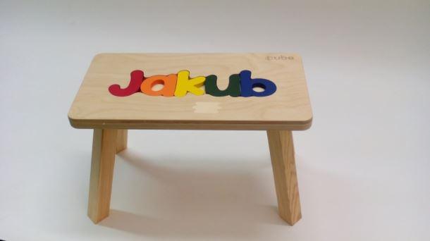 Dřevěná stolička CUBS se JMÉNEM JAKUB barevná